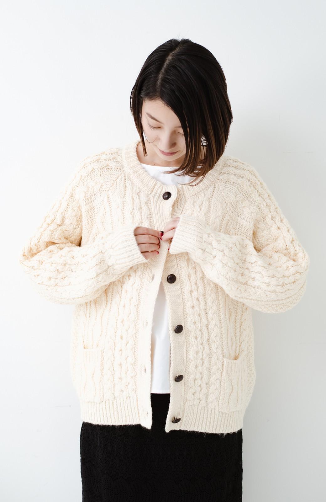 haco! 古着屋さんで見つけたようなもっふりケーブル編みカーディガン <オフホワイト>の商品写真17