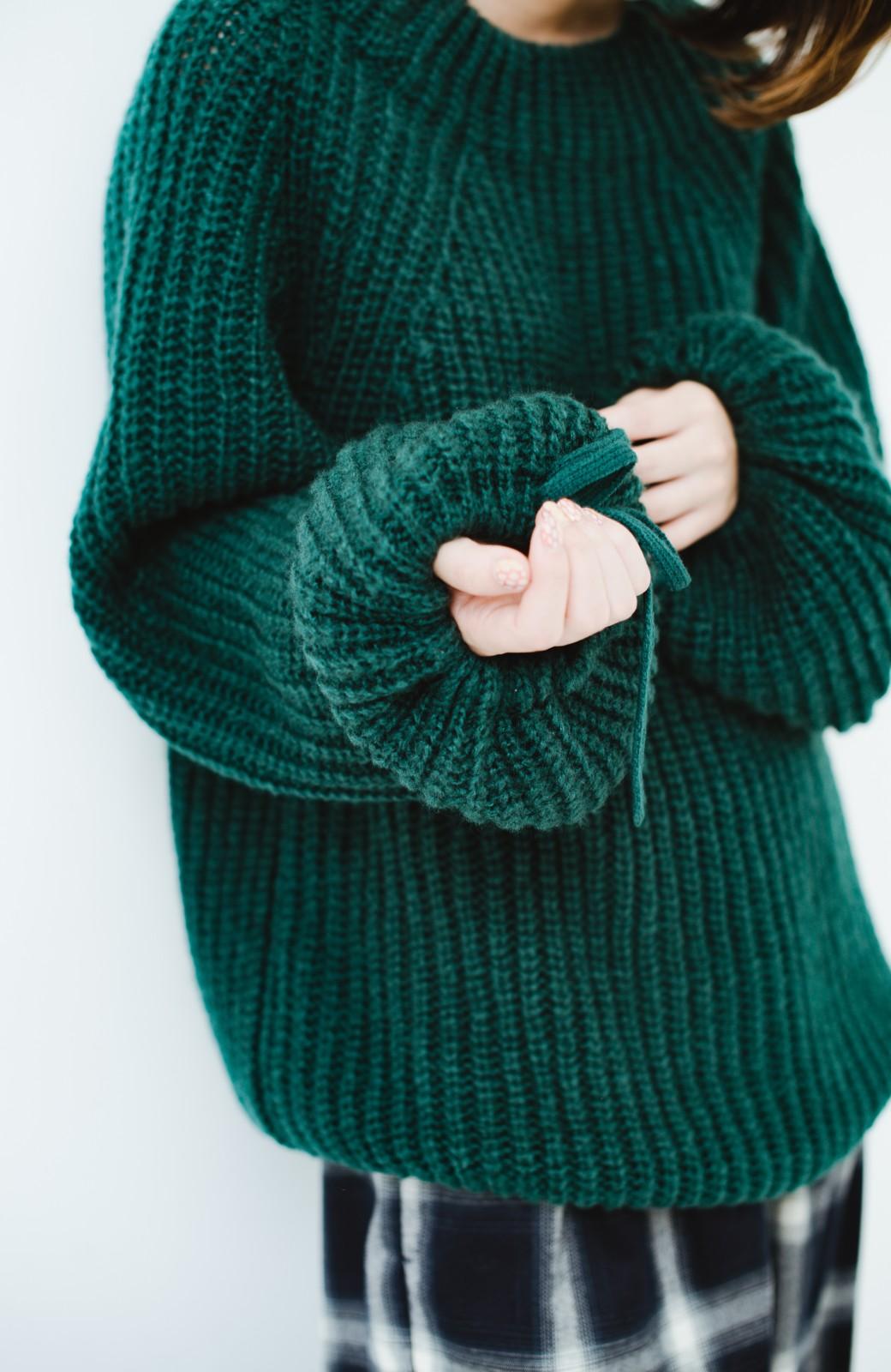 haco! ボリューム感が華奢見せさせる 袖リボンあぜ編みニット <グリーン>の商品写真4