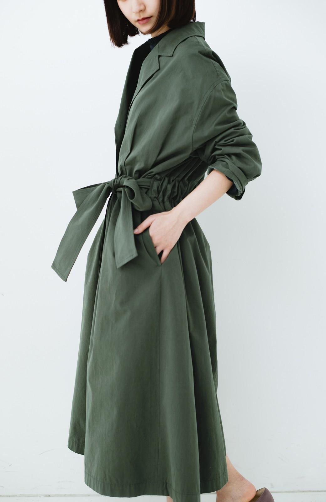 haco! パッと羽織ってかっこよく、きゅっと絞って女っぽい ウエストリボンロングコート <カーキ>の商品写真12