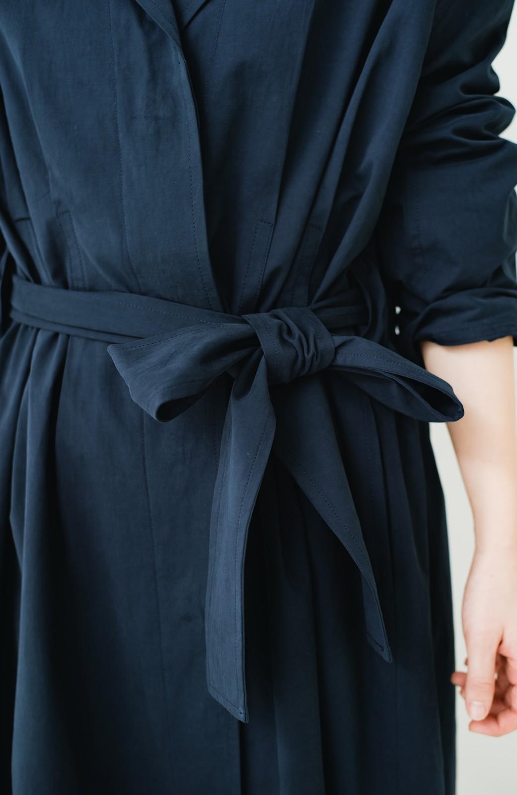 haco! パッと羽織ってかっこよく、きゅっと絞って女っぽい ウエストリボンロングコート <ダークネイビー>の商品写真4