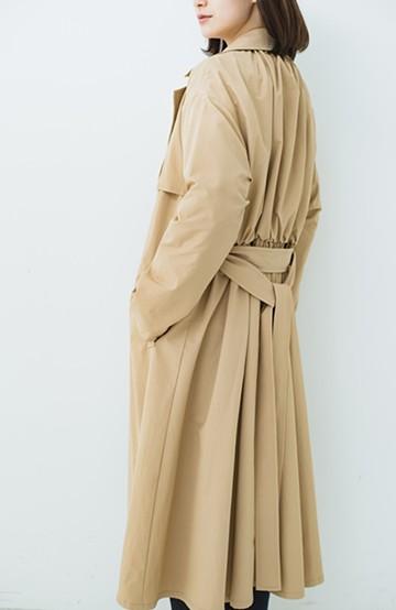 haco! 背中のボリュームがかわいい! 羽織るだけで女っぽく華やかに見えるドレストレンチコート <ベージュ>の商品写真
