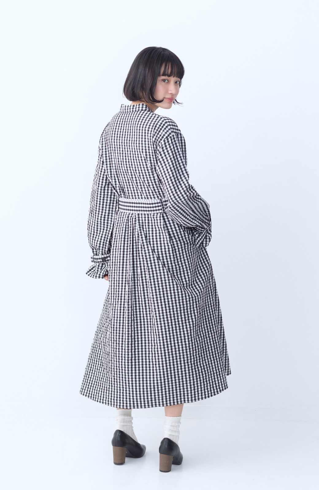 haco! いつものコーデに華やぎを添える ワンピースとしても着られるギンガムライトアウター <ブラック>の商品写真10