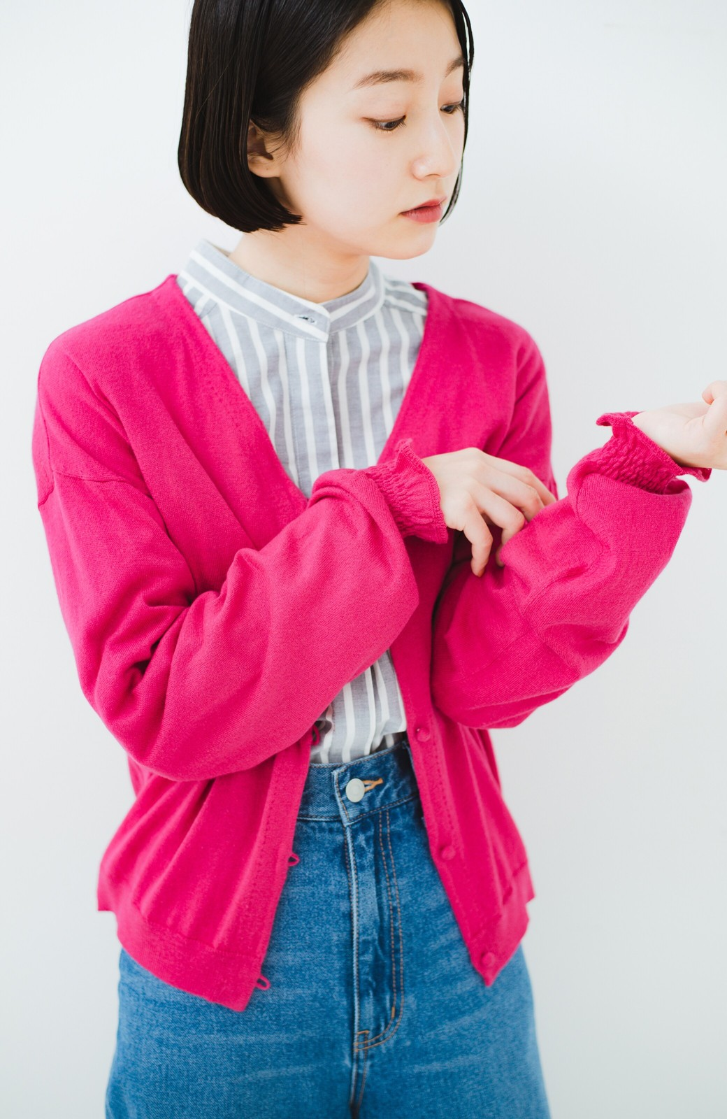 haco! 我らが天敵紫外線!UVカット加工の袖シャーリングニットカーディガン <ピンク>の商品写真11