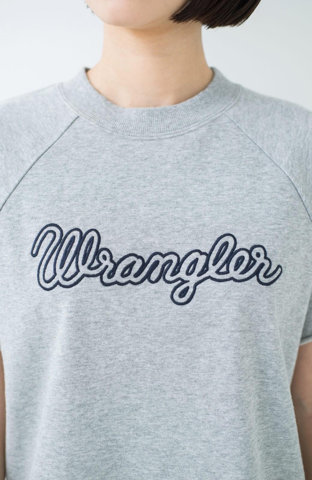 haco! 別注 Wrangler ロゴ刺しゅうのラグランスウェット <杢グレー>の商品写真2