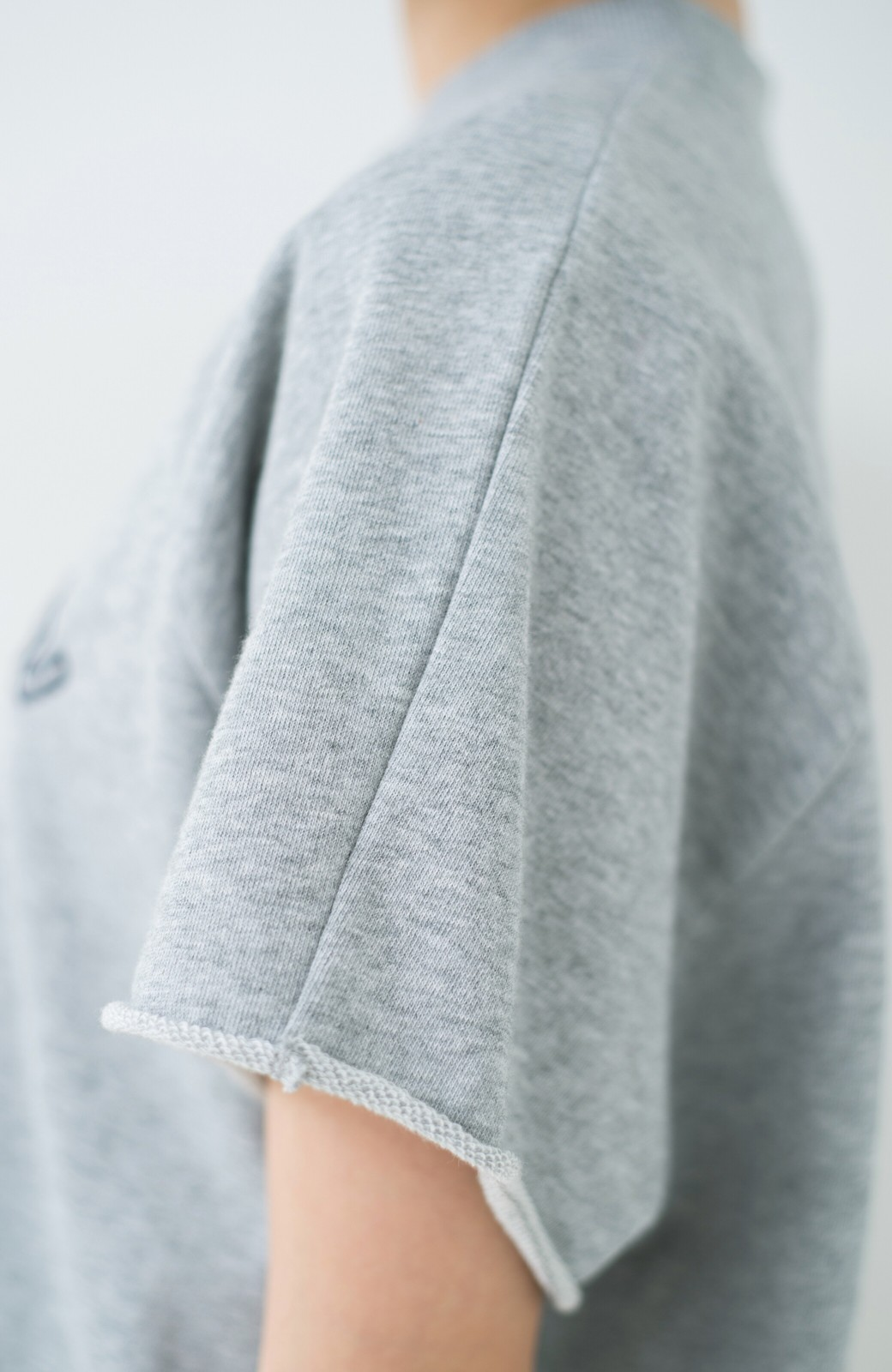 haco! 別注 Wrangler ロゴ刺しゅうのラグランスウェット <杢グレー>の商品写真4