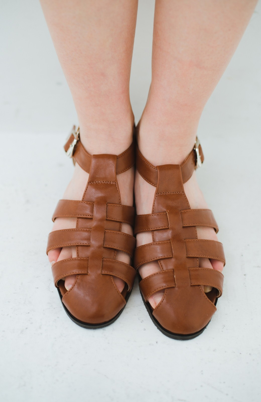 haco! 靴下でも素足でも合う 本革風編み込みサンダル <ブラウン>の商品写真2