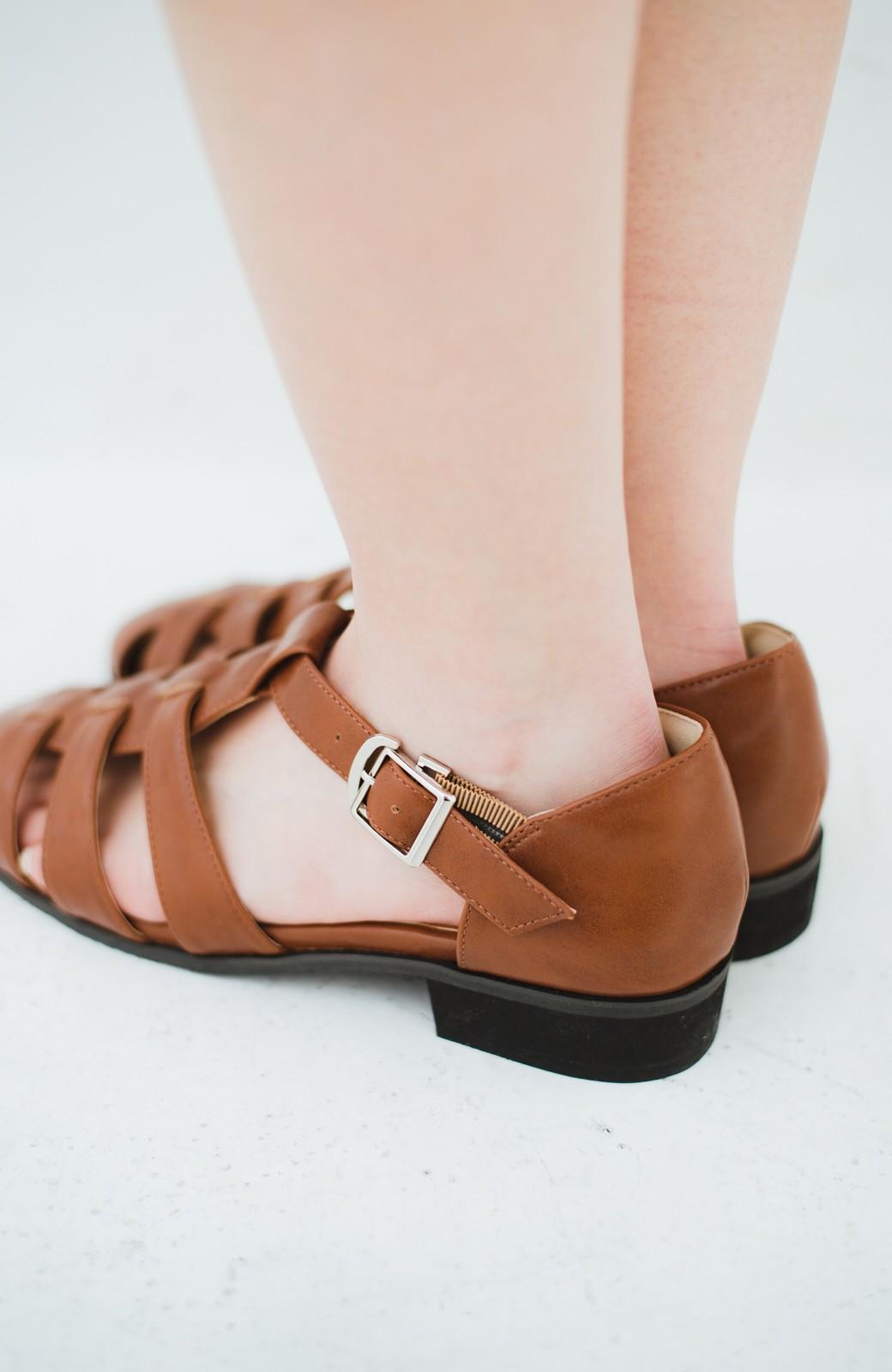 haco! 靴下でも素足でも合う 本革風編み込みサンダル <ブラウン>の商品写真5