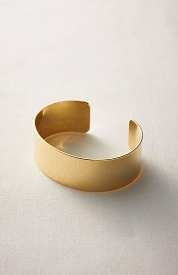 haco! コーディネイトをキリリと引き締めてくれる ゴールドカラーのシンプルバングル <ゴールド>の商品写真