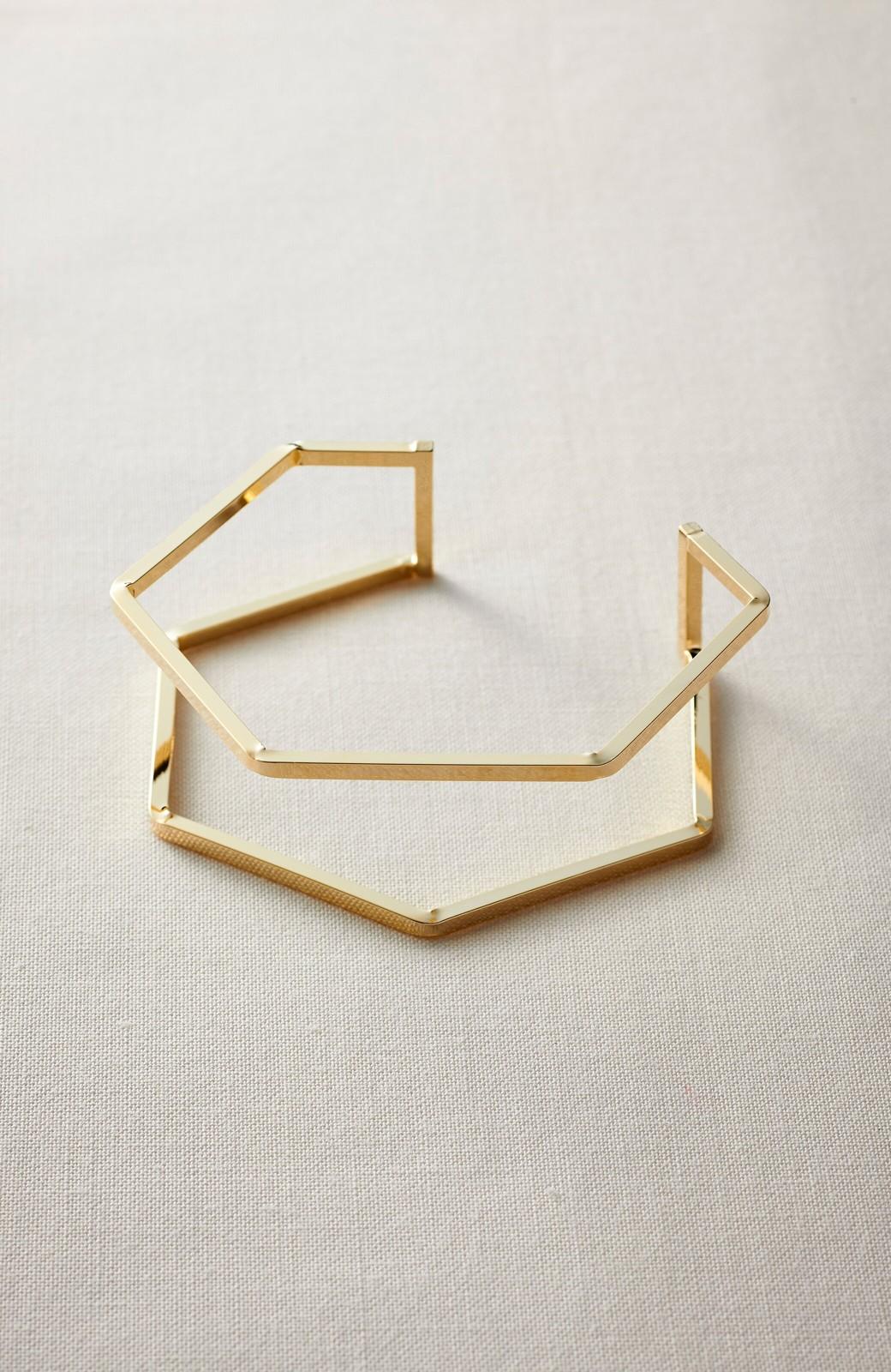 haco! コーディネートのポイントになる 重ねづけ風 多角形フレームバングル <ゴールド>の商品写真1