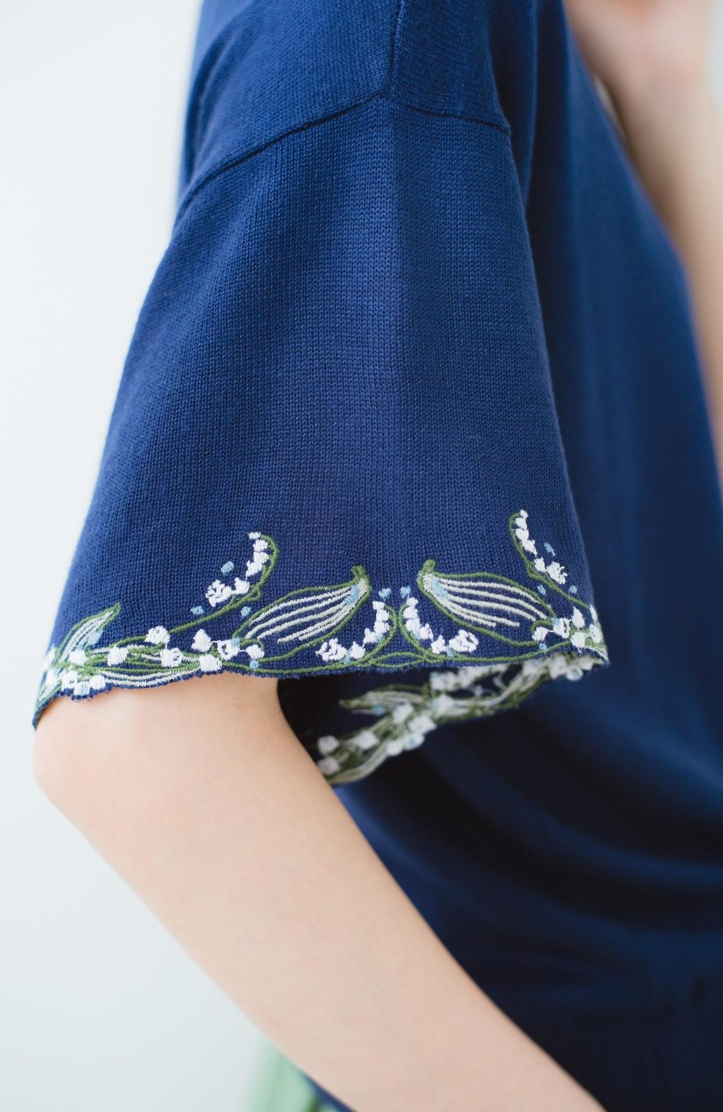 haco!  Tシャツ感覚で着られて華やか見せ カットワークすずらん刺しゅうニット <ネイビー>の商品写真2