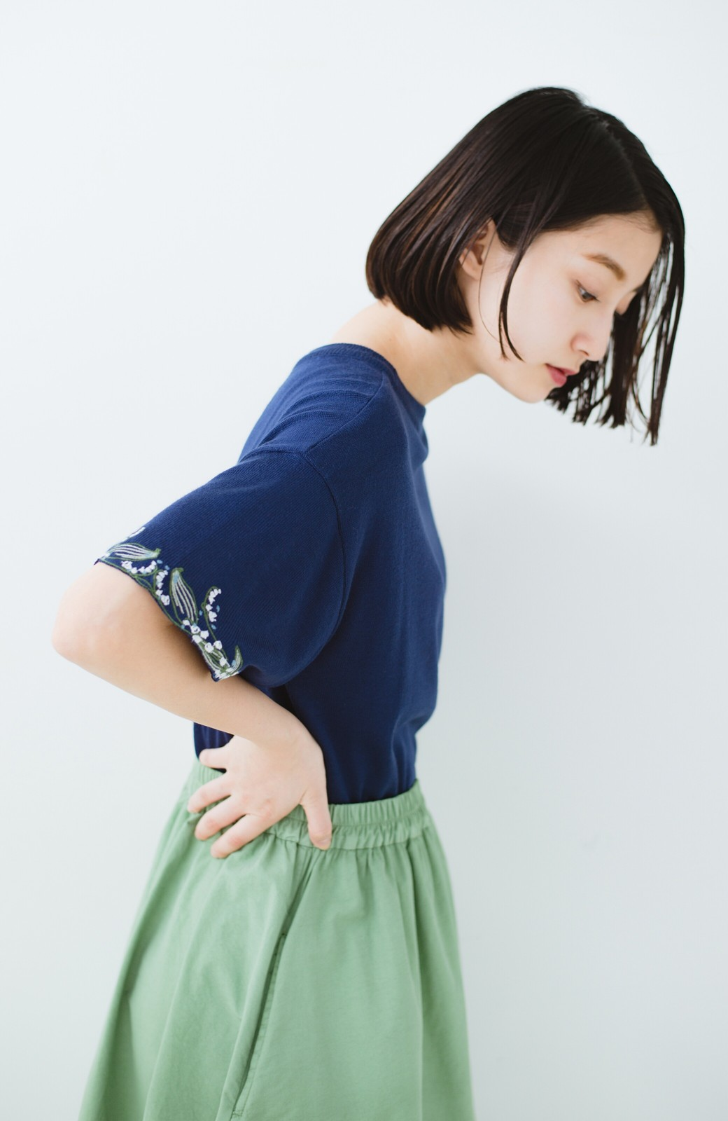 haco!  Tシャツ感覚で着られて華やか見せ カットワークすずらん刺しゅうニット <ネイビー>の商品写真9