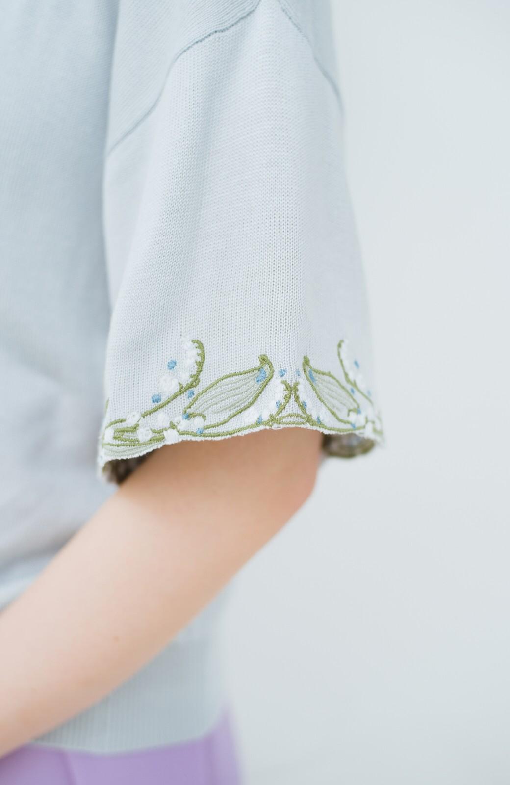 haco!  Tシャツ感覚で着られて華やか見せ カットワークすずらん刺しゅうニット <グレー>の商品写真2