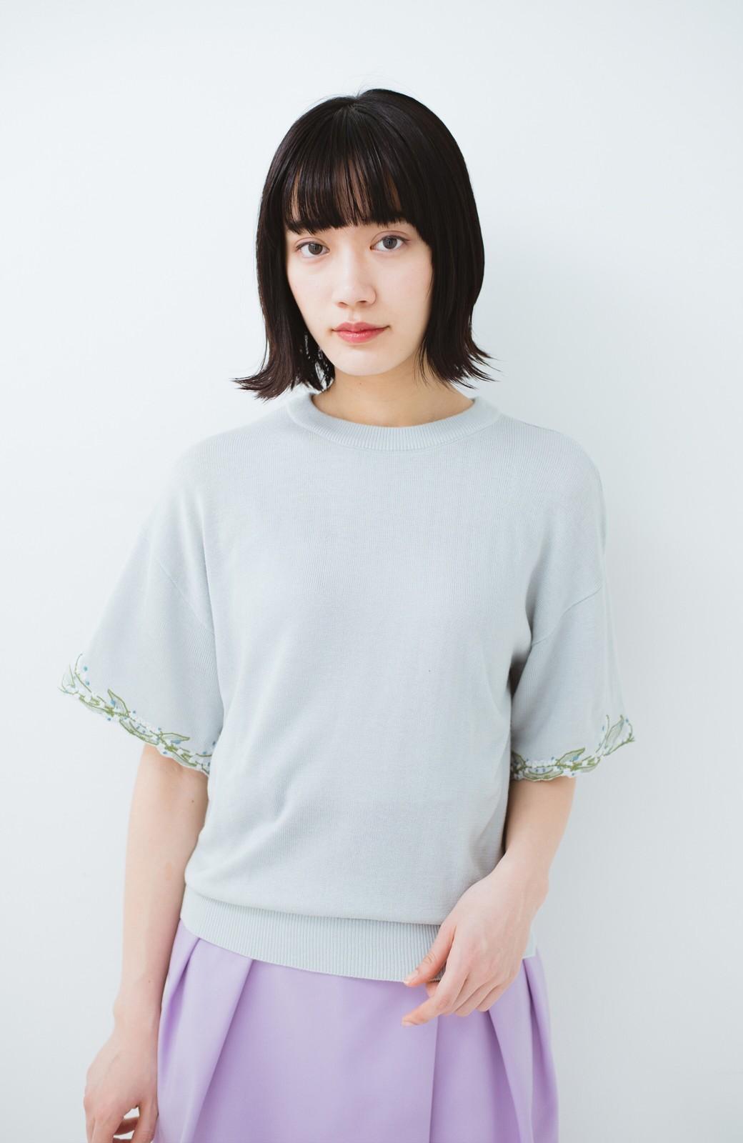 haco!  Tシャツ感覚で着られて華やか見せ カットワークすずらん刺しゅうニット <グレー>の商品写真7