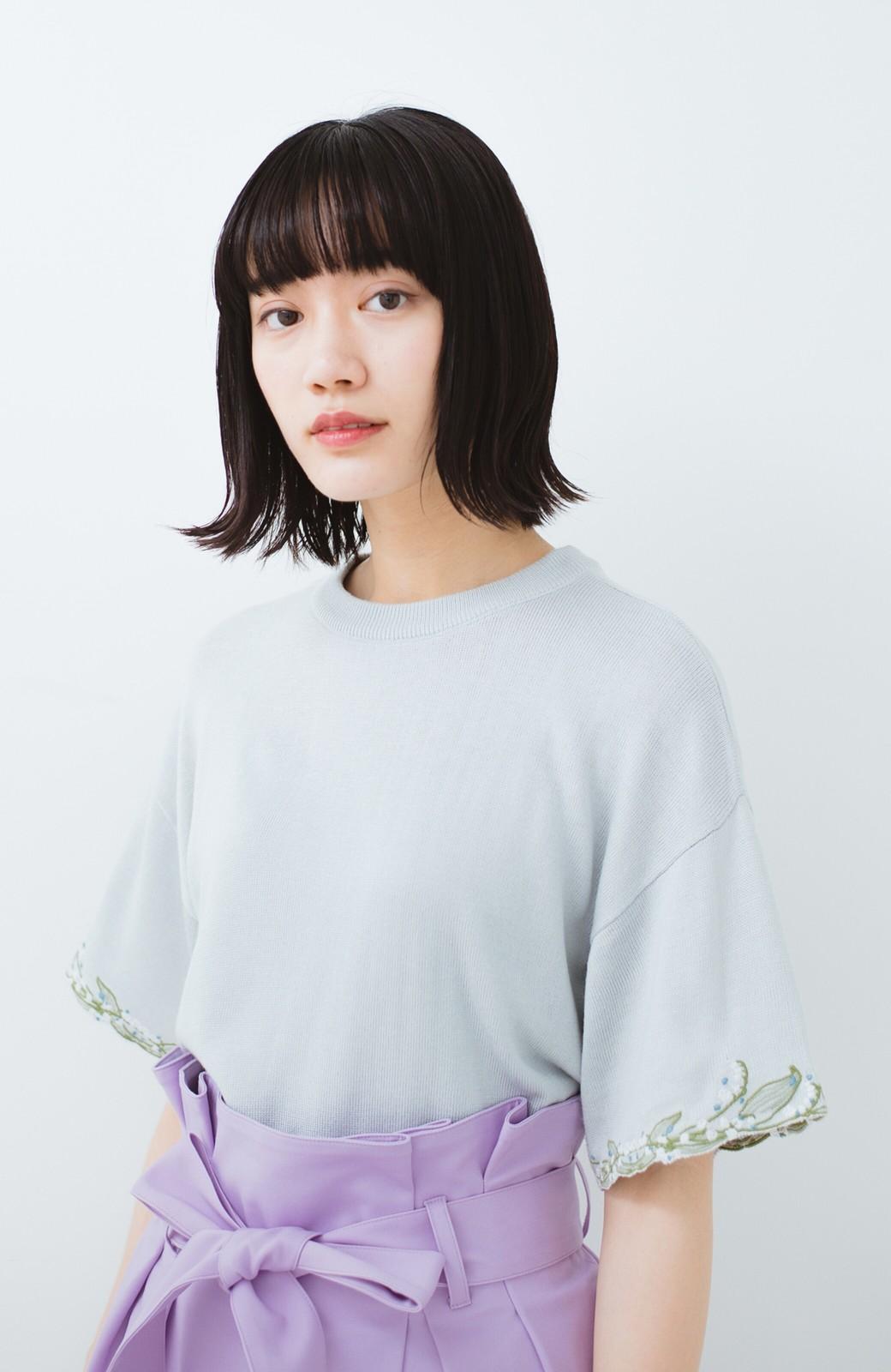 haco!  Tシャツ感覚で着られて華やか見せ カットワークすずらん刺しゅうニット <グレー>の商品写真8