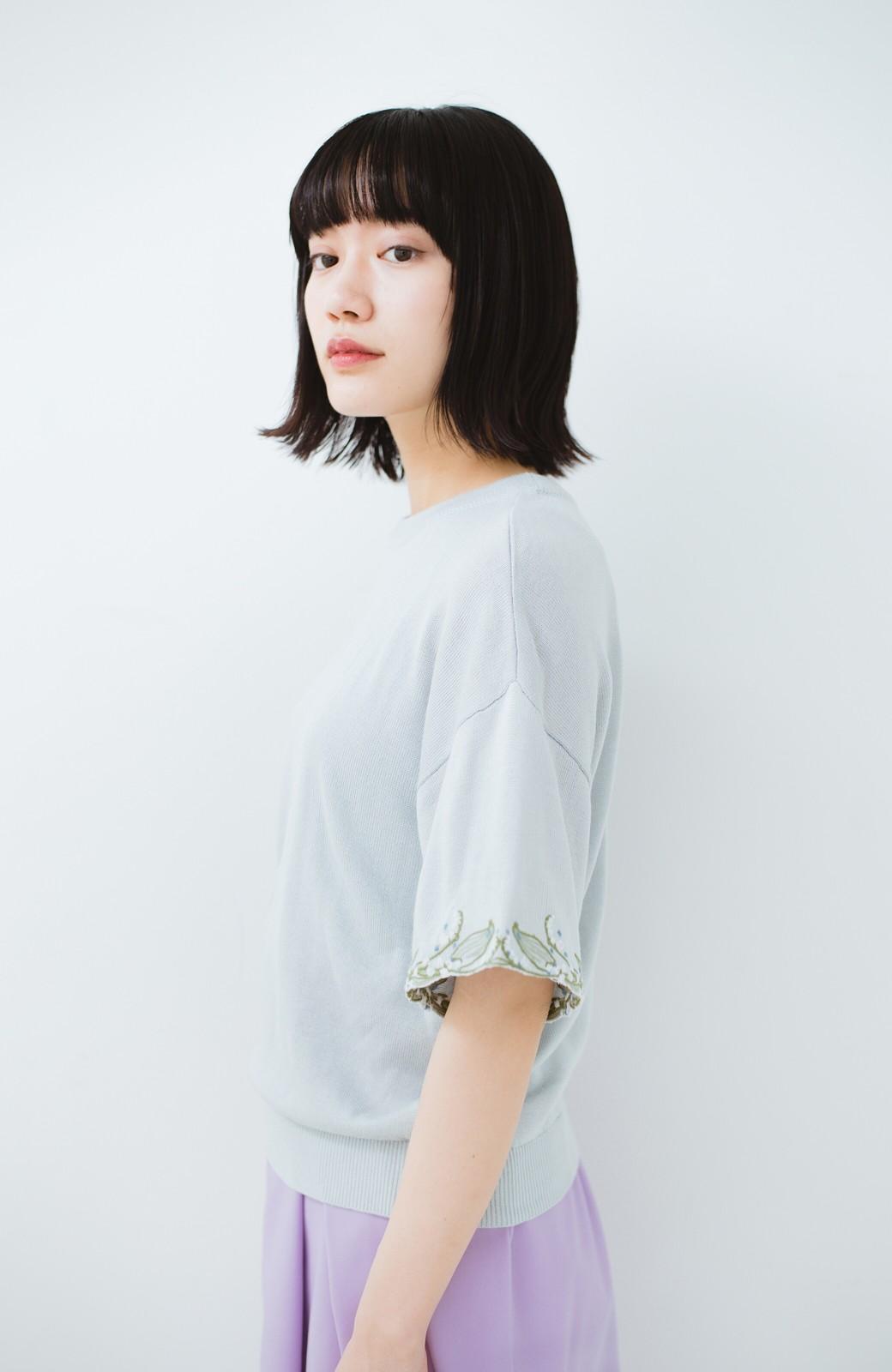 haco!  Tシャツ感覚で着られて華やか見せ カットワークすずらん刺しゅうニット <グレー>の商品写真10