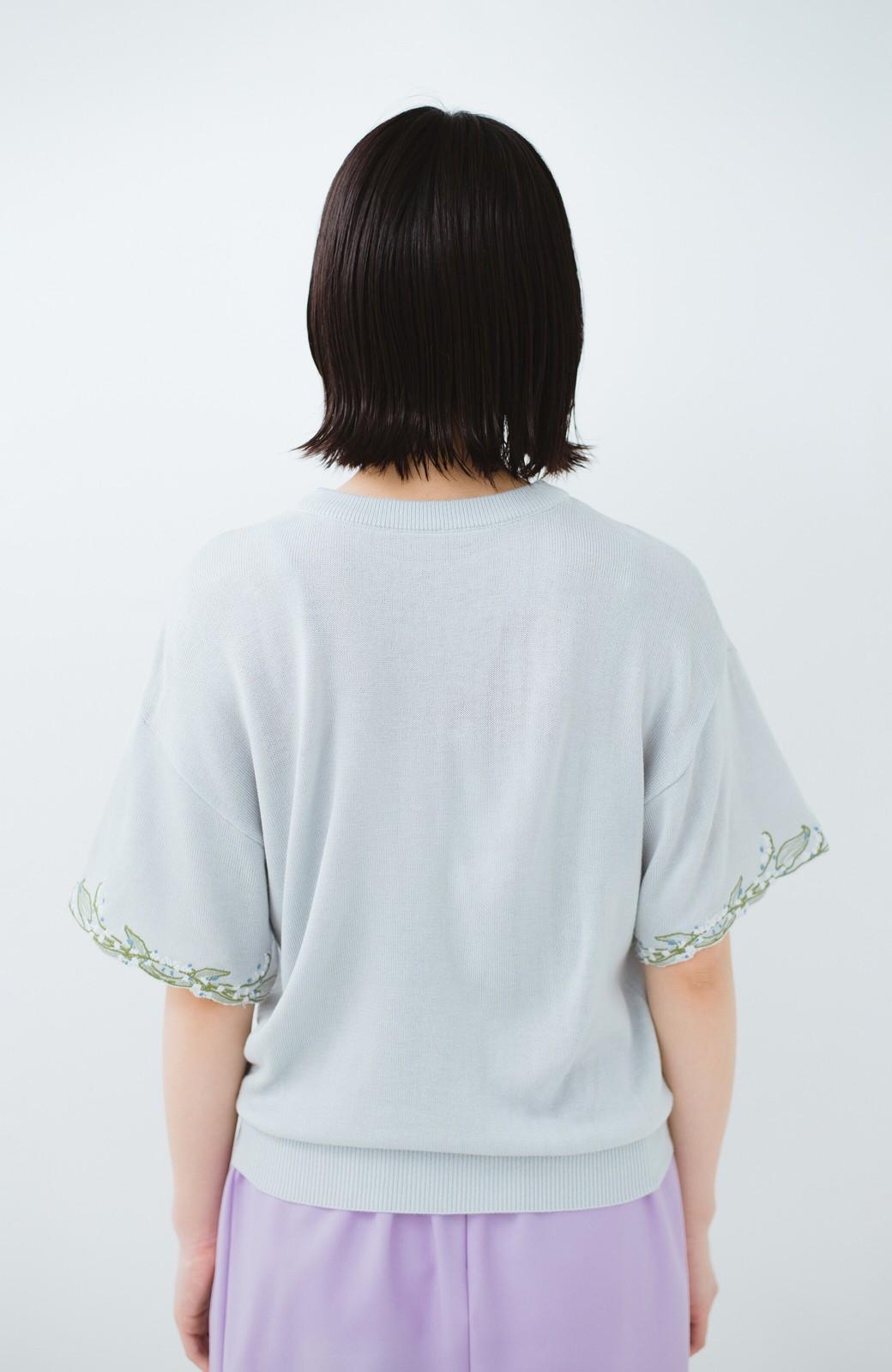 haco!  Tシャツ感覚で着られて華やか見せ カットワークすずらん刺しゅうニット <グレー>の商品写真12