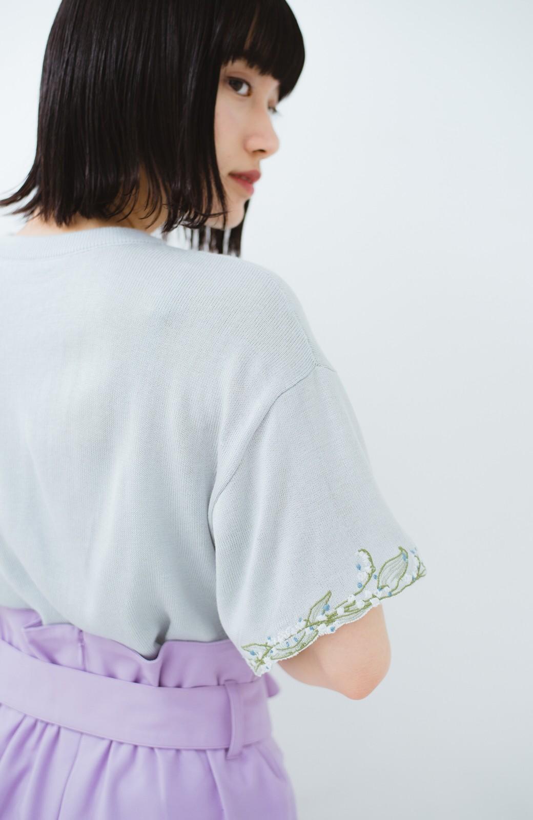 haco!  Tシャツ感覚で着られて華やか見せ カットワークすずらん刺しゅうニット <グレー>の商品写真13