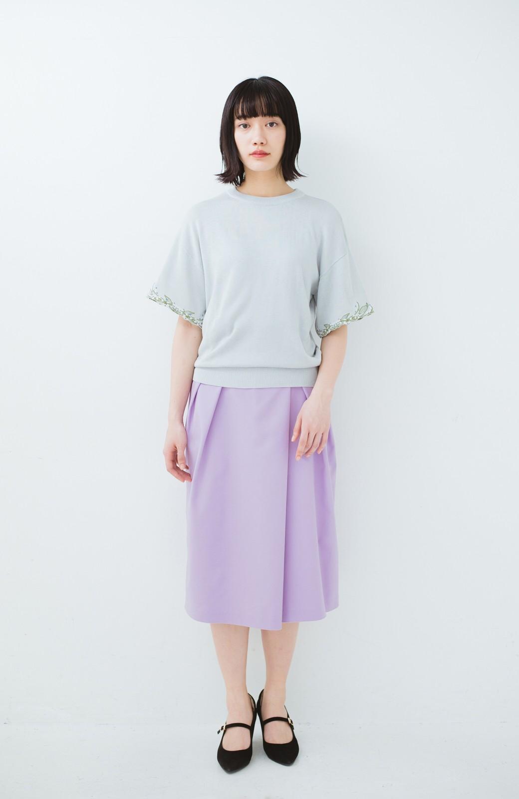 haco!  Tシャツ感覚で着られて華やか見せ カットワークすずらん刺しゅうニット <グレー>の商品写真3