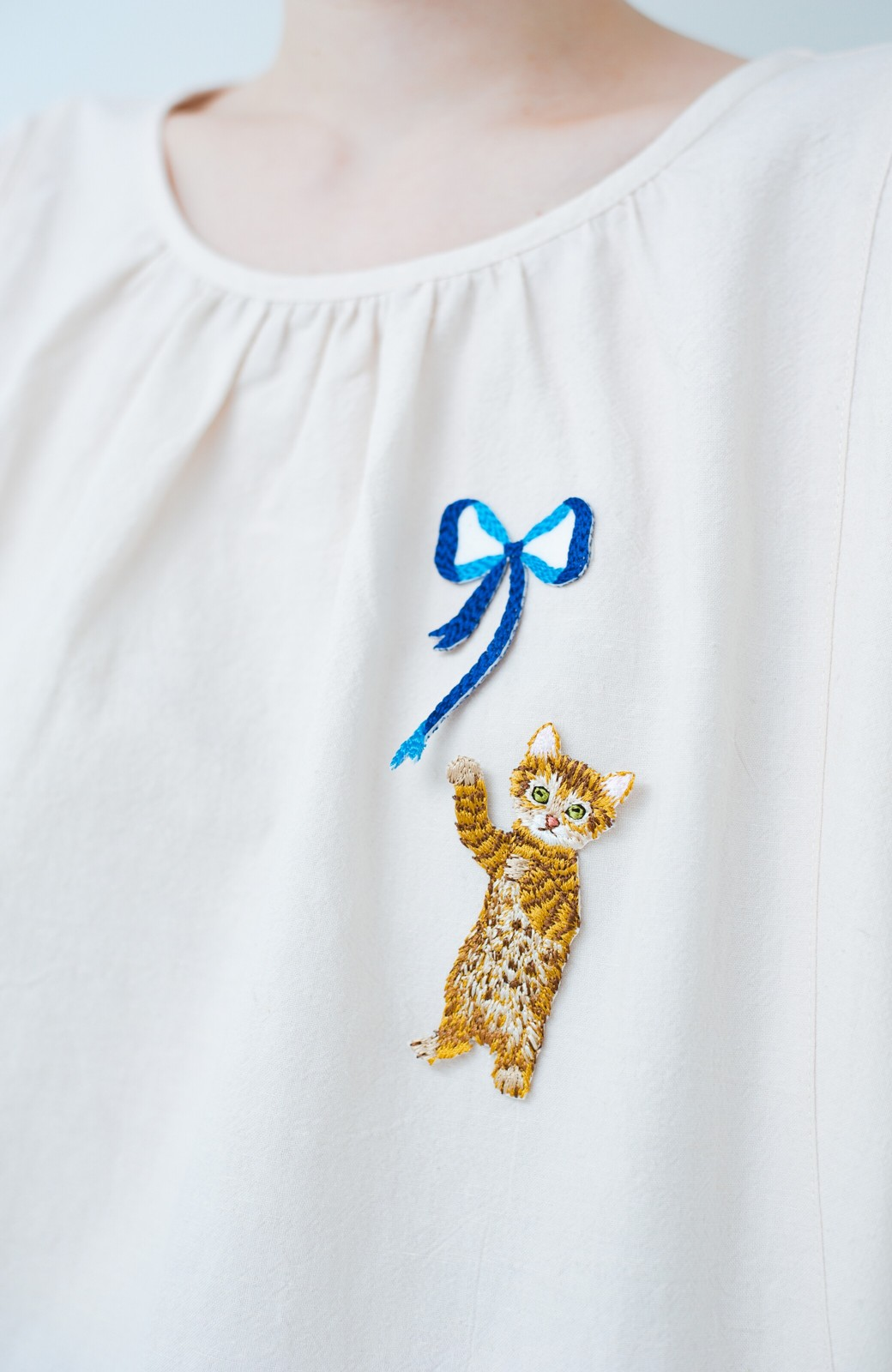 haco! PBP minne作家 シマヅカオリさんと作ったオーガニックコットンの綿麻ブラウス&猫とリボンの刺繍ワッペンセット by haco!×minne one+more project  <ライトベージュ>の商品写真3