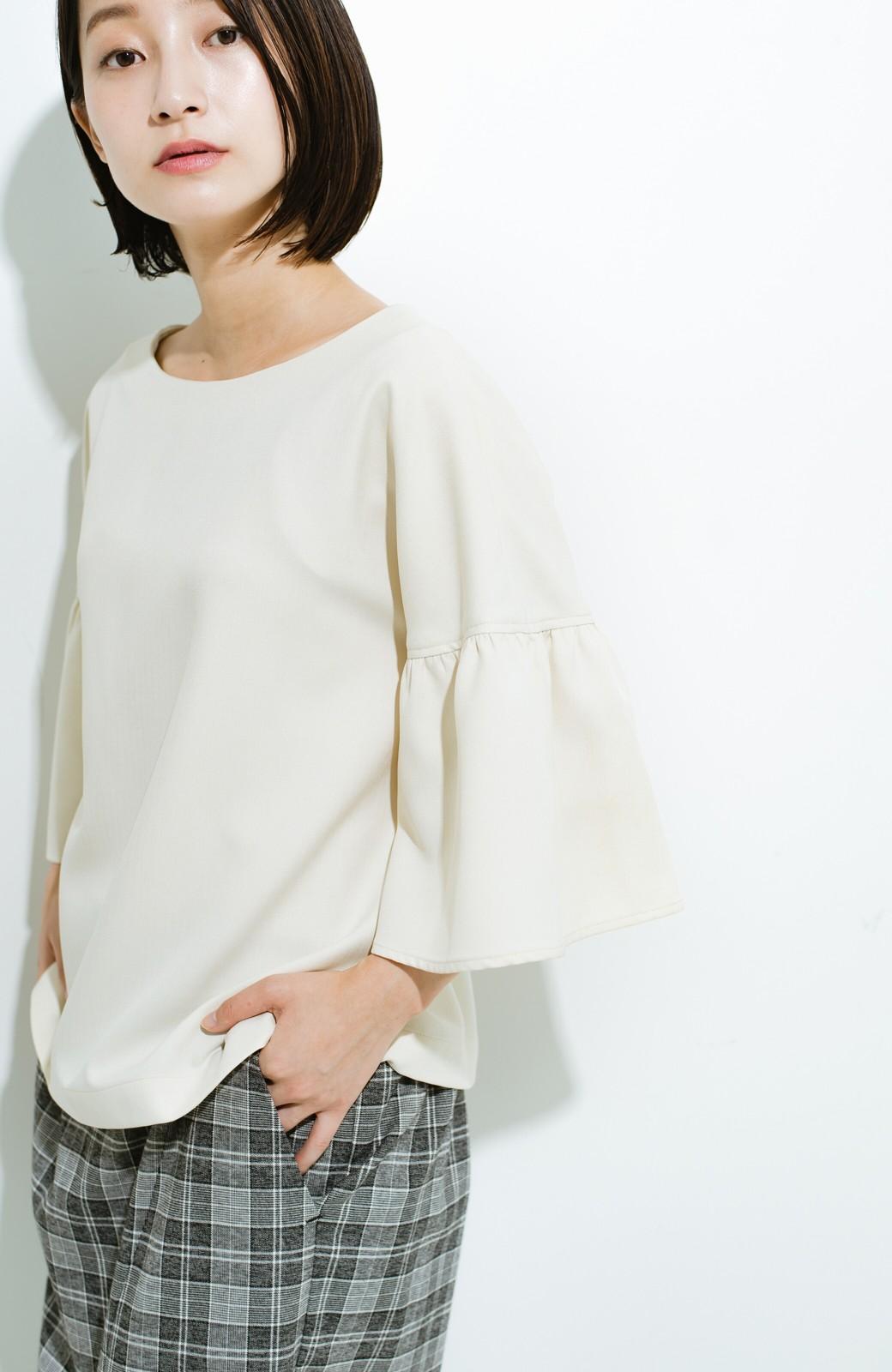 haco! パッと着てきれいな フレアースリーブTブラウス <アイボリー>の商品写真4