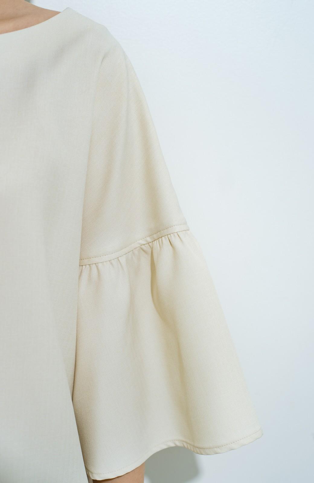 haco! パッと着てきれいな フレアースリーブTブラウス <アイボリー>の商品写真5