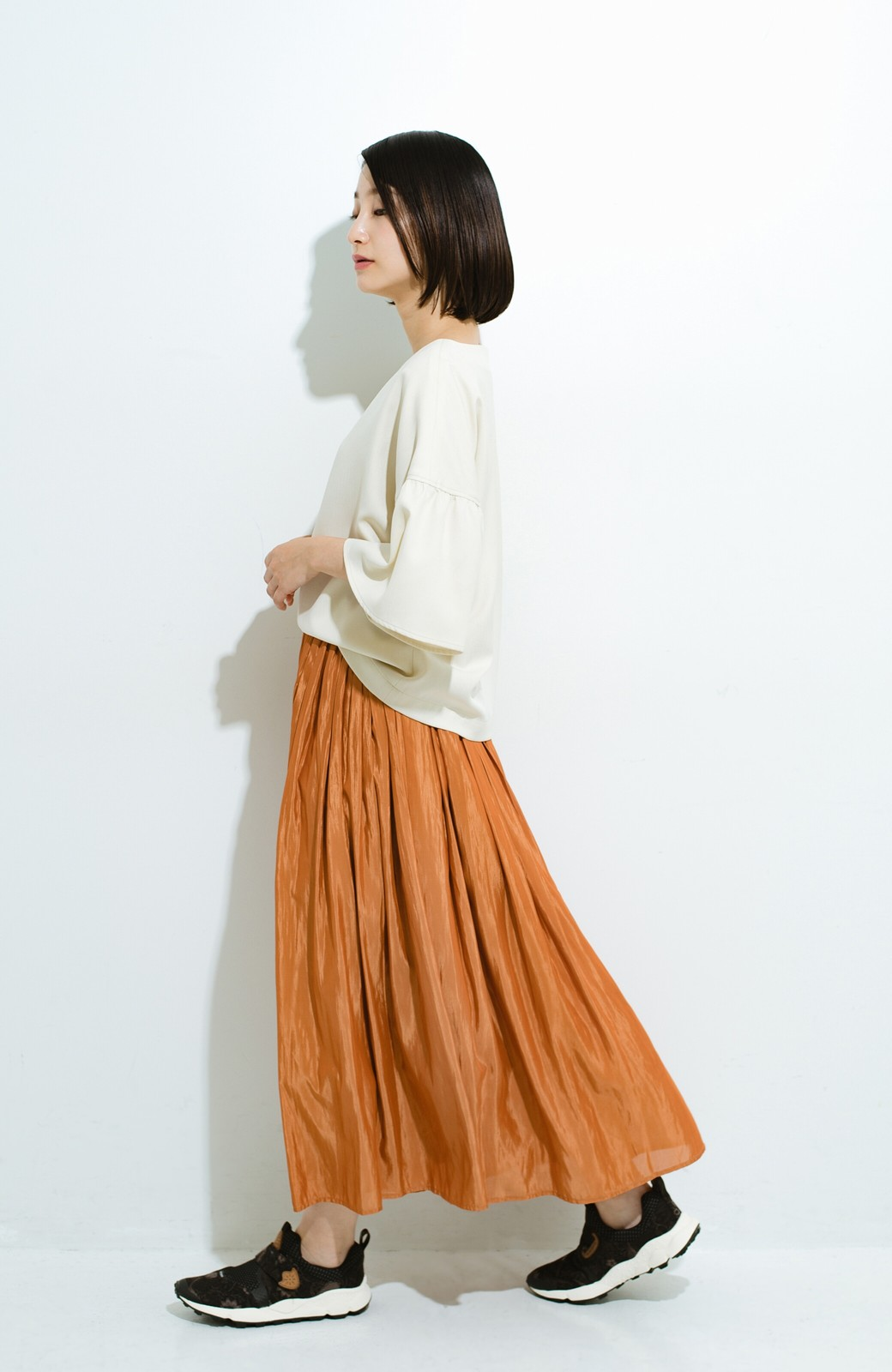 haco! パッと着てきれいな フレアースリーブTブラウス <アイボリー>の商品写真10