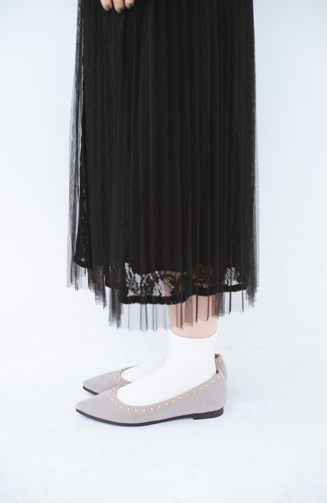haco! シンプルな服のときもオシャレに見せてくれる スタッズパンプス by que made me <グレイッシュベージュ>の商品写真4
