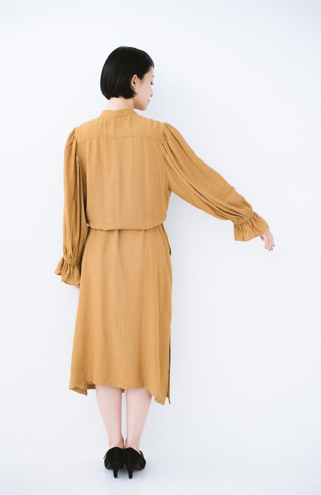 haco! 太ってもばれず 羽織っても便利なウエストリボンワンピース <マスタード>の商品写真18
