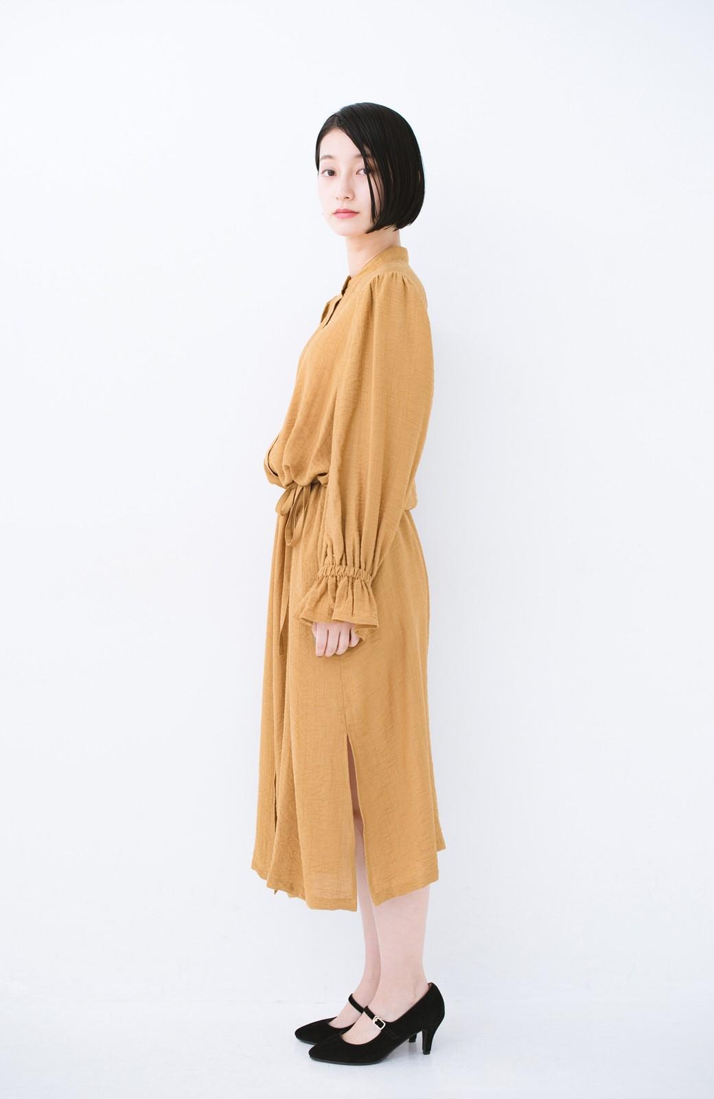 haco! 太ってもばれず 羽織っても便利なウエストリボンワンピース <マスタード>の商品写真13