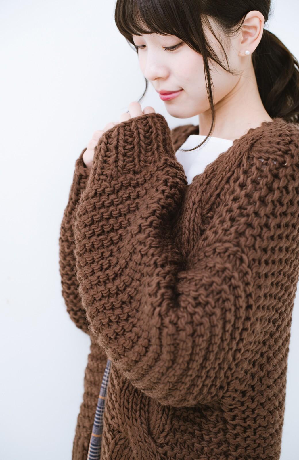 haco! お手軽羽織りにぴったりな 手編みのざっくりニットカーディガン by que made me <ブラウン>の商品写真3