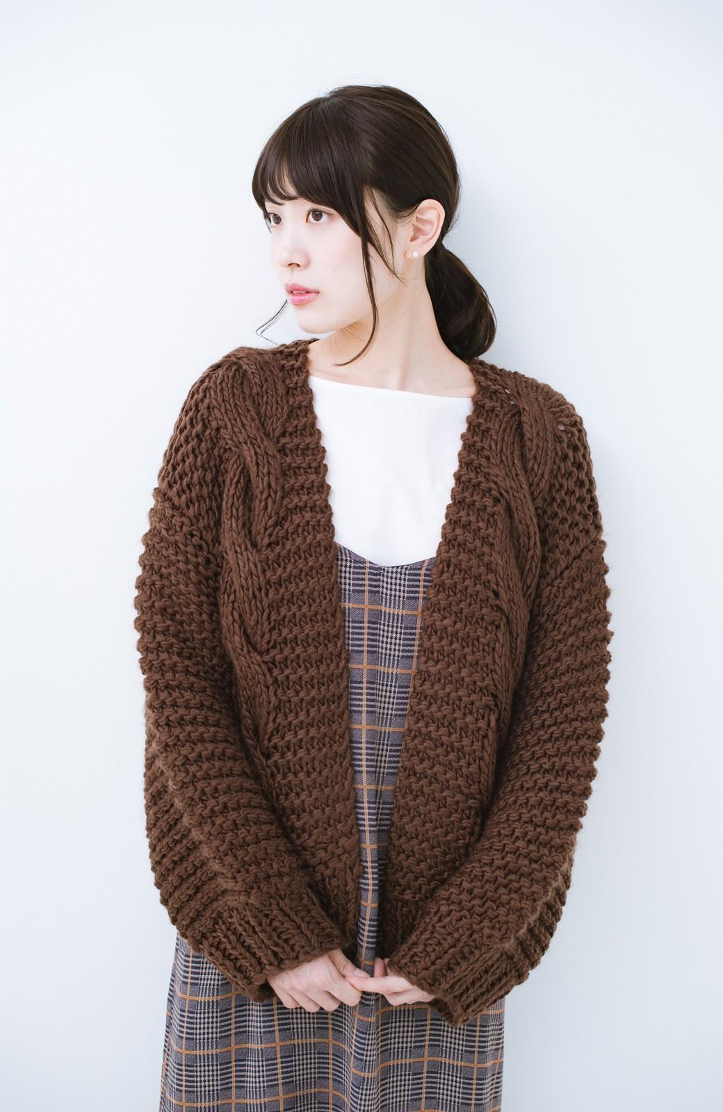 haco! お手軽羽織りにぴったりな 手編みのざっくりニットカーディガン by que made me <ブラウン>の商品写真8