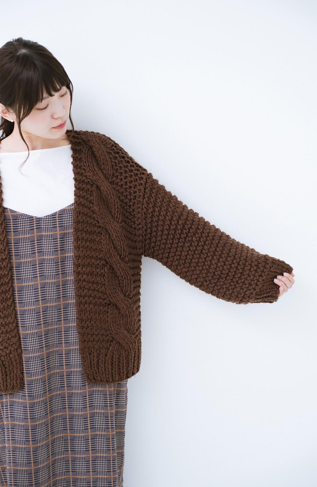 haco! お手軽羽織りにぴったりな 手編みのざっくりニットカーディガン by que made me <ブラウン>の商品写真9
