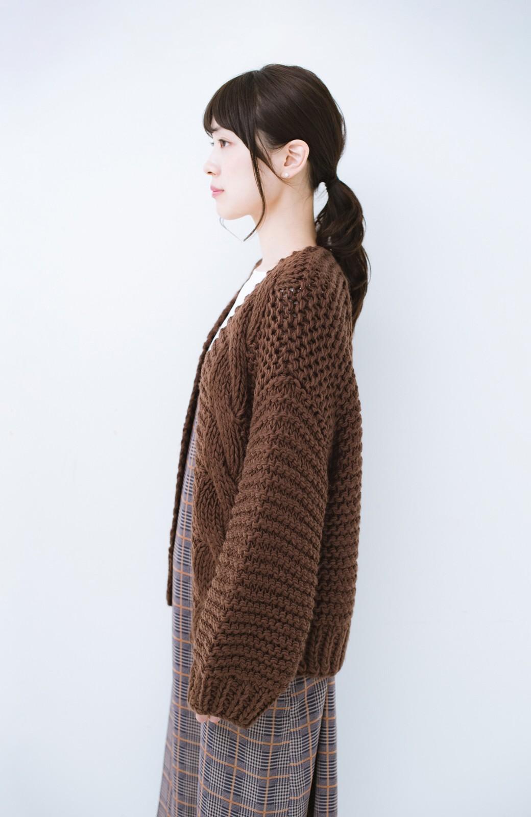 haco! お手軽羽織りにぴったりな 手編みのざっくりニットカーディガン by que made me <ブラウン>の商品写真10