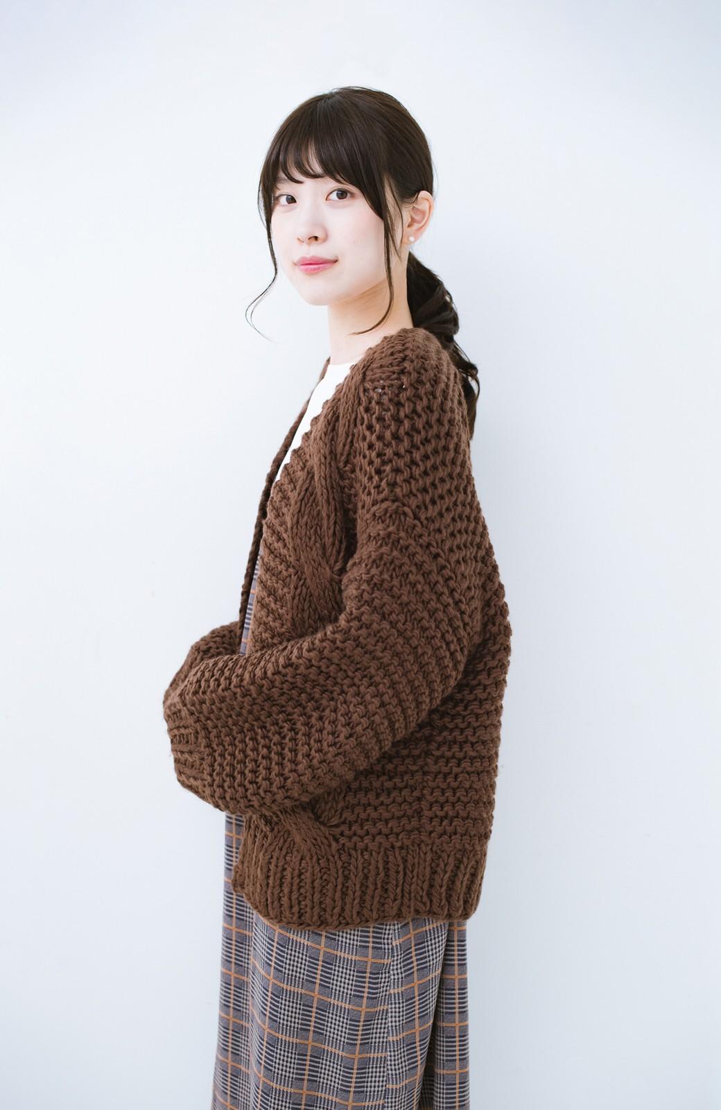 haco! お手軽羽織りにぴったりな 手編みのざっくりニットカーディガン by que made me <ブラウン>の商品写真11