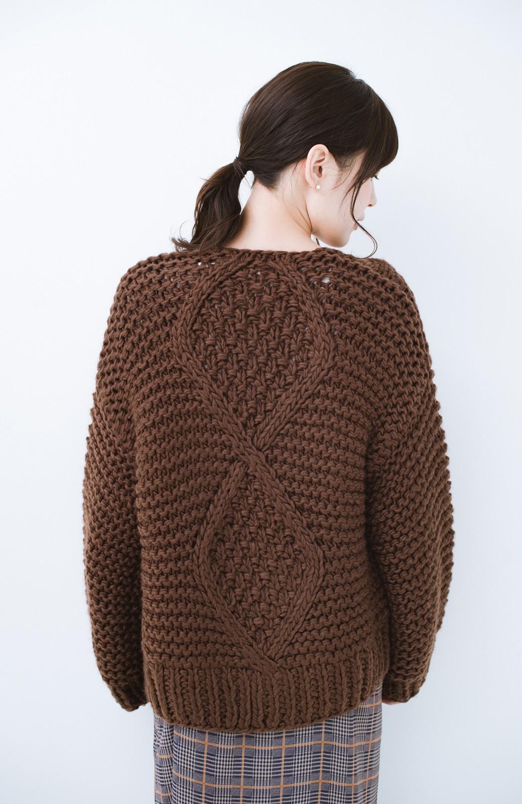 haco! お手軽羽織りにぴったりな 手編みのざっくりニットカーディガン by que made me <ブラウン>の商品写真12