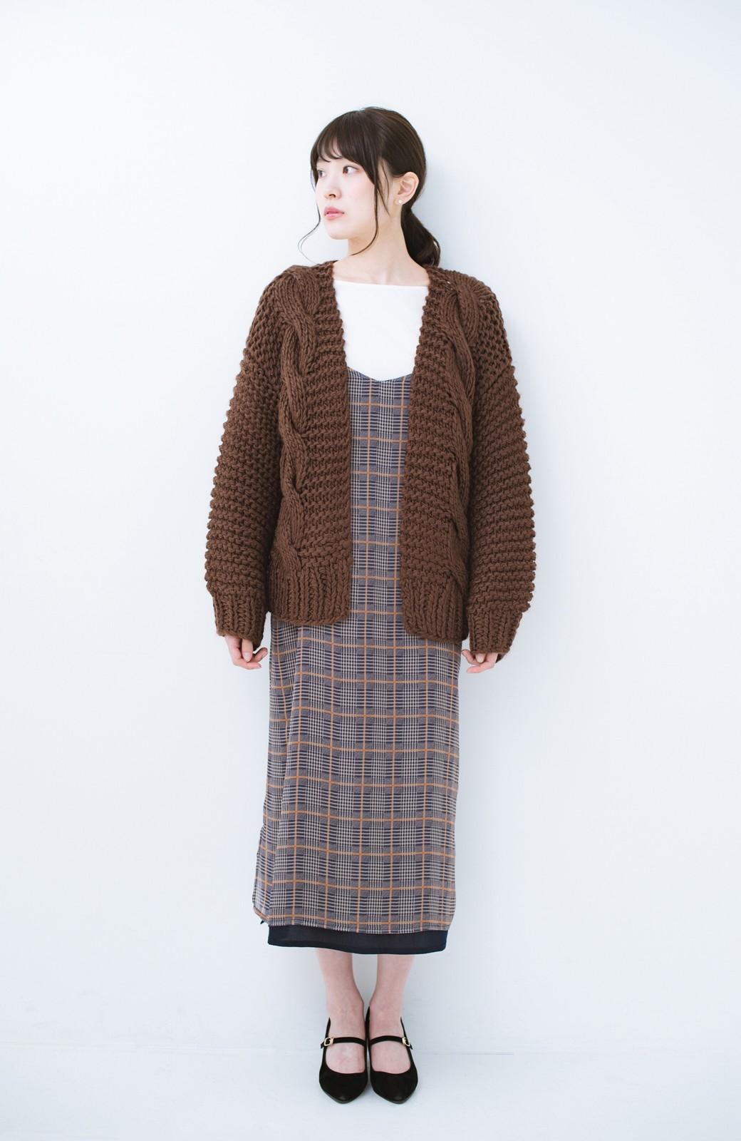 haco! お手軽羽織りにぴったりな 手編みのざっくりニットカーディガン by que made me <ブラウン>の商品写真5