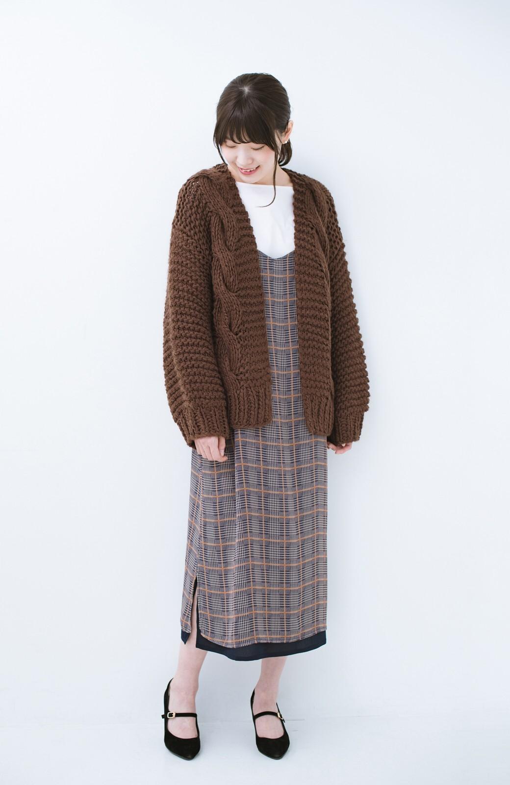 haco! お手軽羽織りにぴったりな 手編みのざっくりニットカーディガン by que made me <ブラウン>の商品写真6