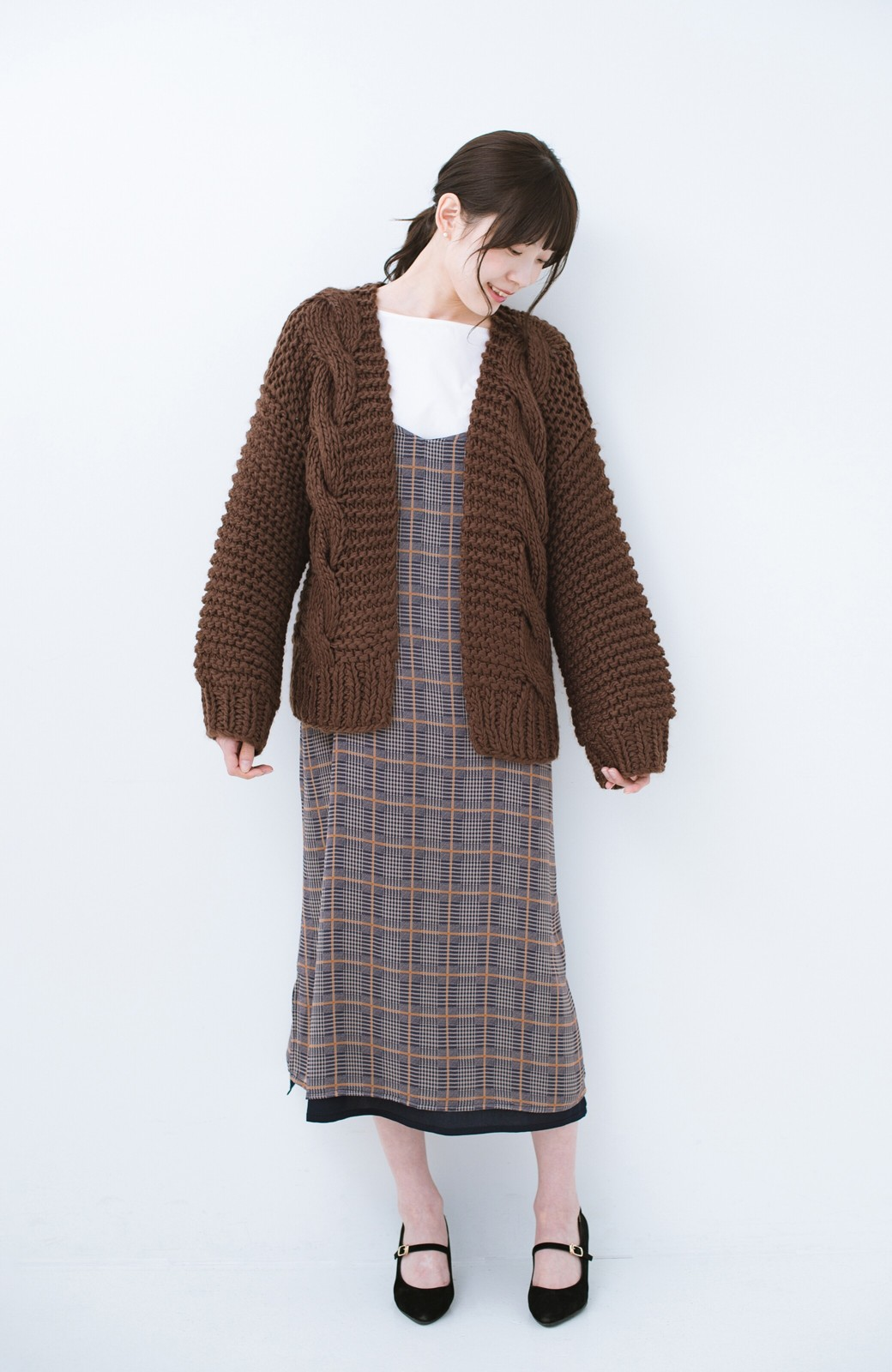 haco! お手軽羽織りにぴったりな 手編みのざっくりニットカーディガン by que made me <ブラウン>の商品写真7