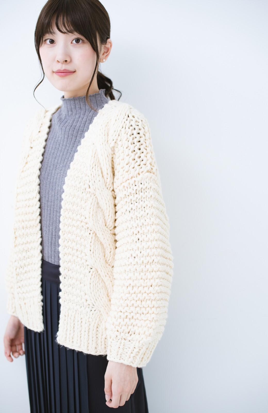 haco! お手軽羽織りにぴったりな 手編みのざっくりニットカーディガン by que made me <アイボリー>の商品写真3