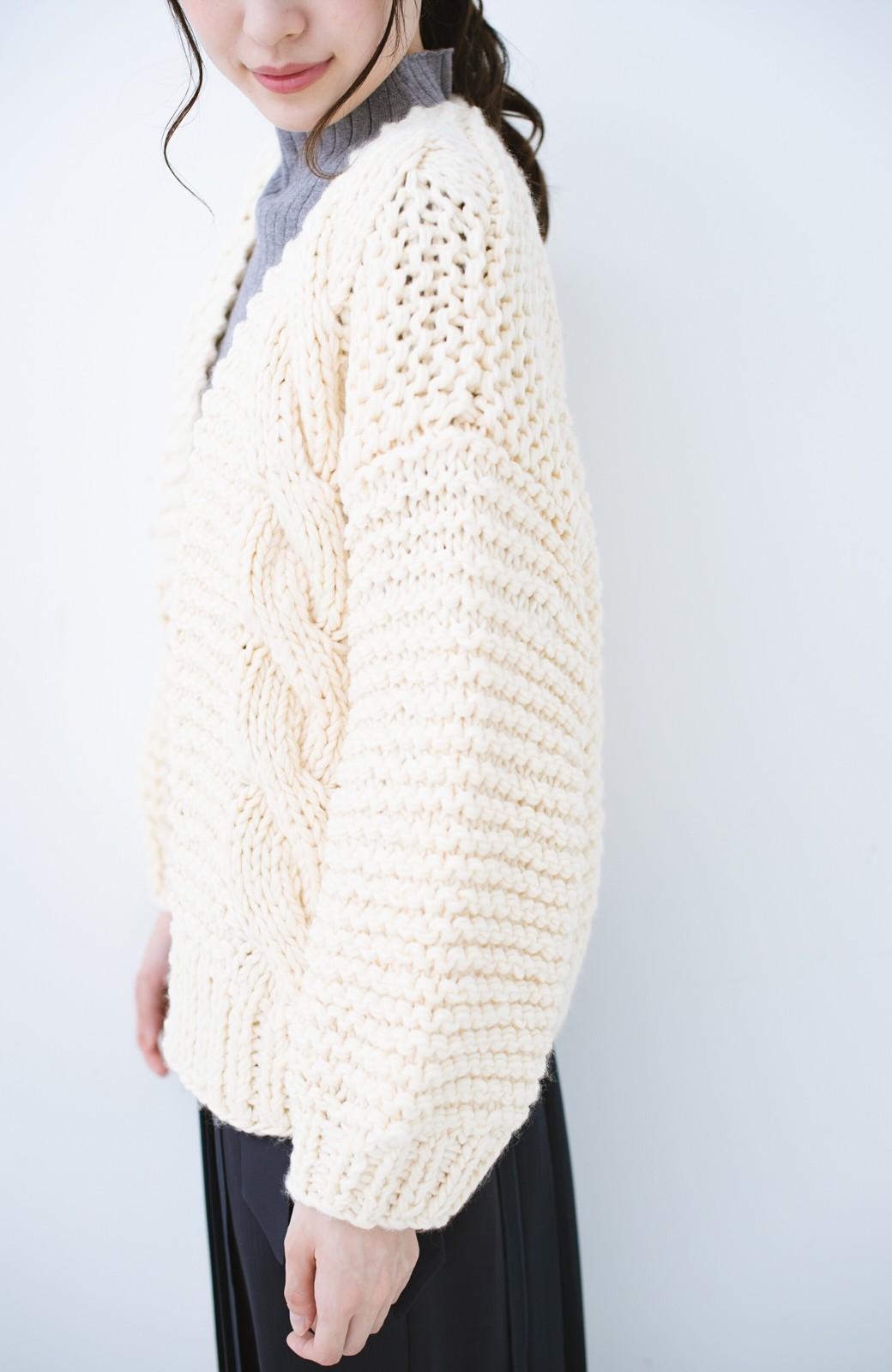 haco! お手軽羽織りにぴったりな 手編みのざっくりニットカーディガン by que made me <アイボリー>の商品写真4