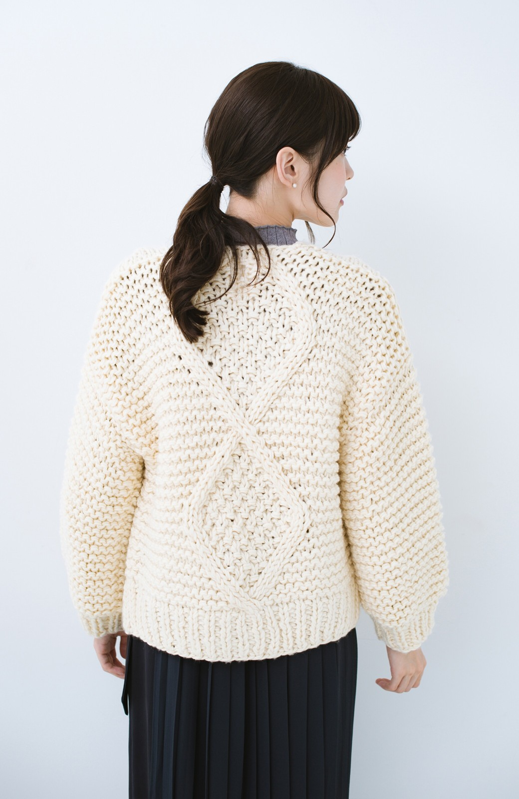 haco! お手軽羽織りにぴったりな 手編みのざっくりニットカーディガン by que made me <アイボリー>の商品写真9