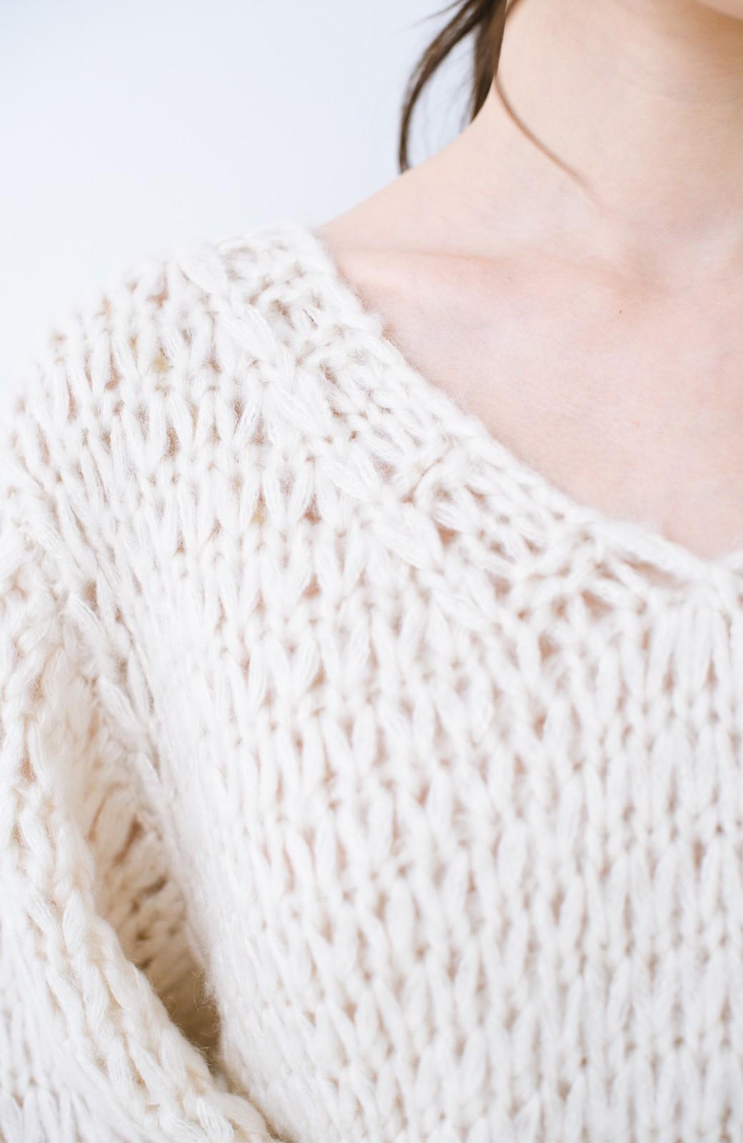haco! 手編み風のざっくり感で女っぽい Vネックの甘編みルーズニット <アイボリー>の商品写真2