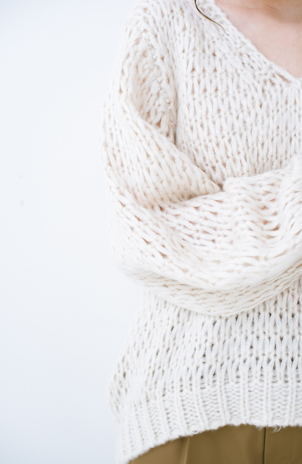 haco! 手編み風のざっくり感で女っぽい Vネックの甘編みルーズニット <アイボリー>の商品写真4