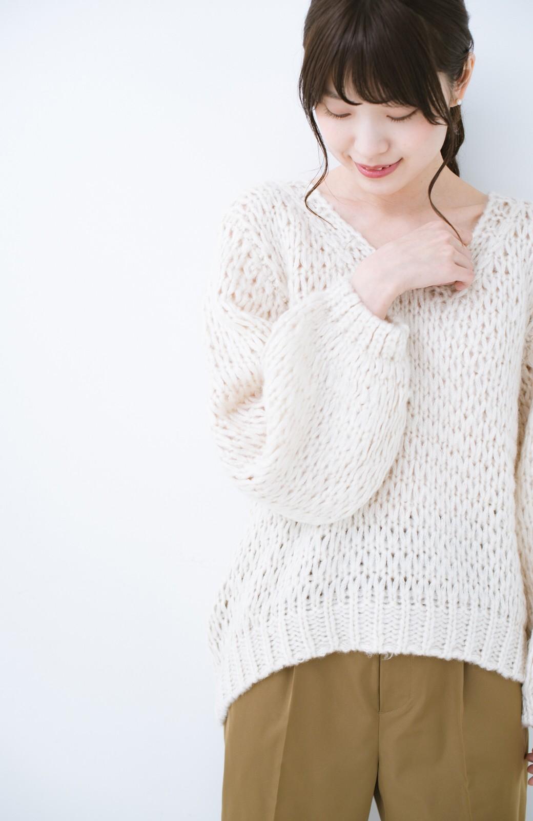 haco! 手編み風のざっくり感で女っぽい Vネックの甘編みルーズニット <アイボリー>の商品写真6
