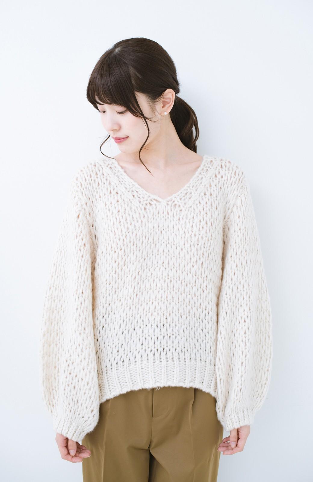 haco! 手編み風のざっくり感で女っぽい Vネックの甘編みルーズニット <アイボリー>の商品写真12