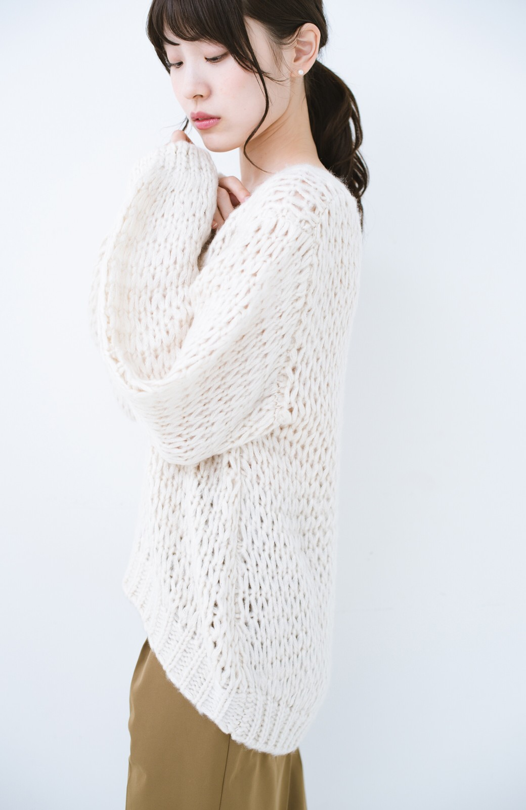 haco! 手編み風のざっくり感で女っぽい Vネックの甘編みルーズニット <アイボリー>の商品写真14