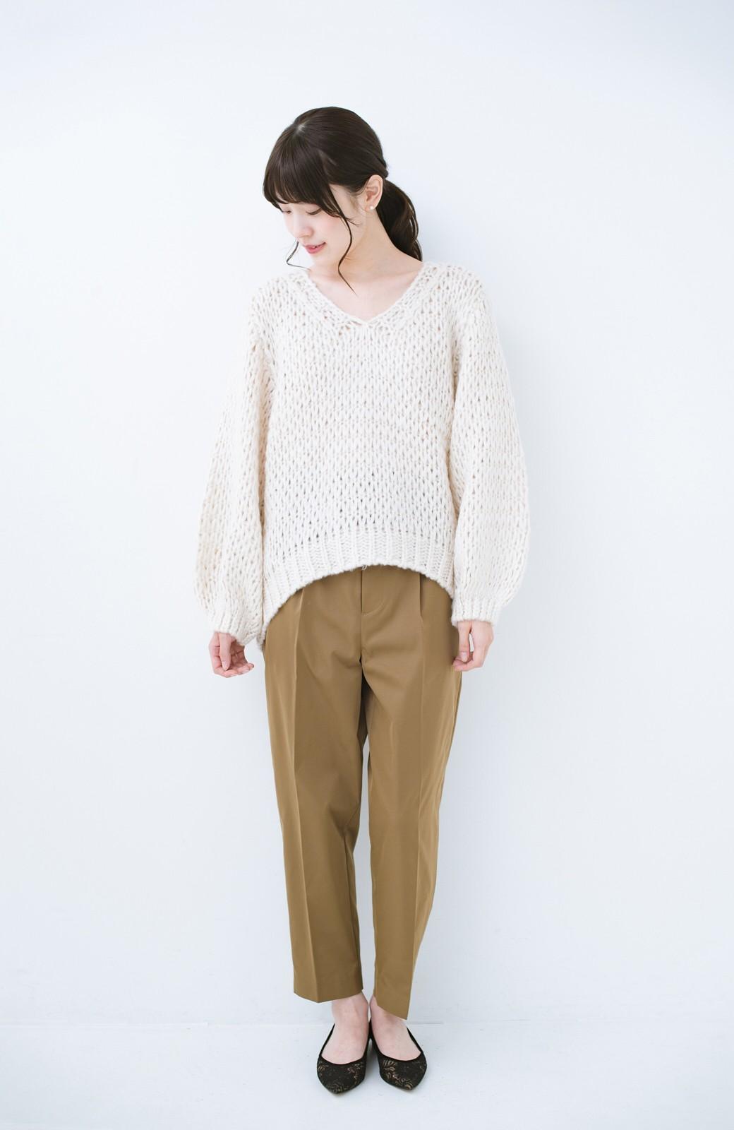 haco! 手編み風のざっくり感で女っぽい Vネックの甘編みルーズニット <アイボリー>の商品写真8