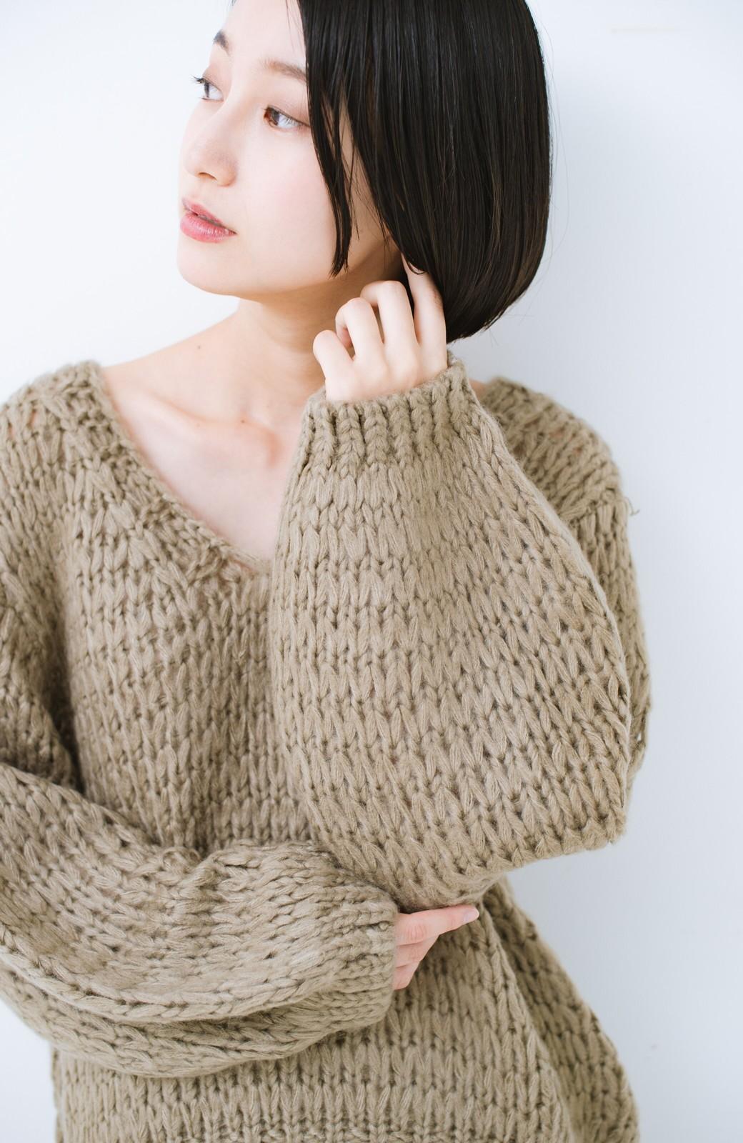 haco! 手編み風のざっくり感で女っぽい Vネックの甘編みルーズニット <グレイッシュベージュ>の商品写真2