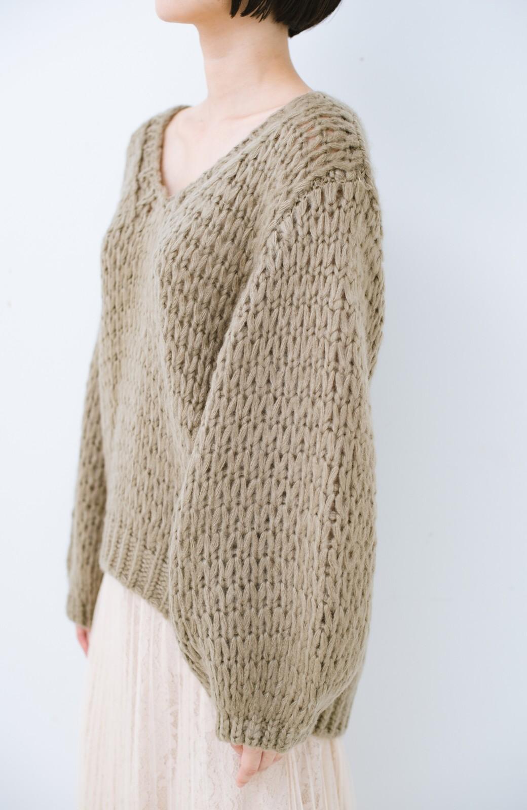 haco! 手編み風のざっくり感で女っぽい Vネックの甘編みルーズニット <グレイッシュベージュ>の商品写真4