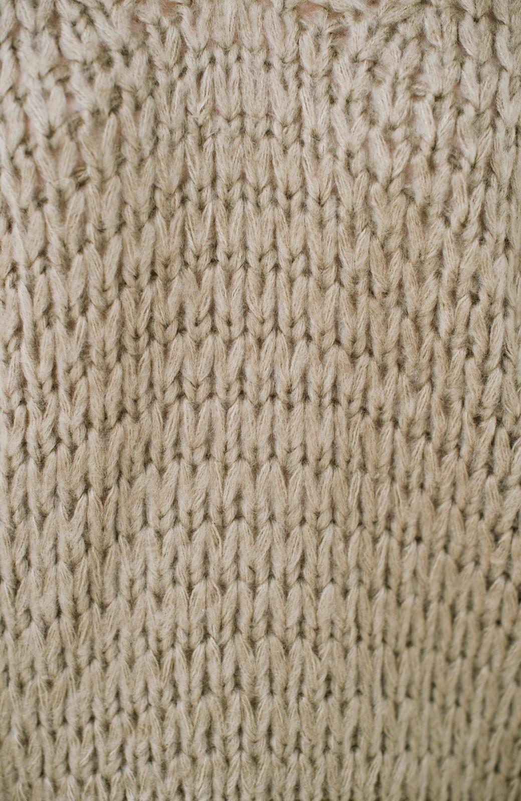 haco! 手編み風のざっくり感で女っぽい Vネックの甘編みルーズニット <グレイッシュベージュ>の商品写真5